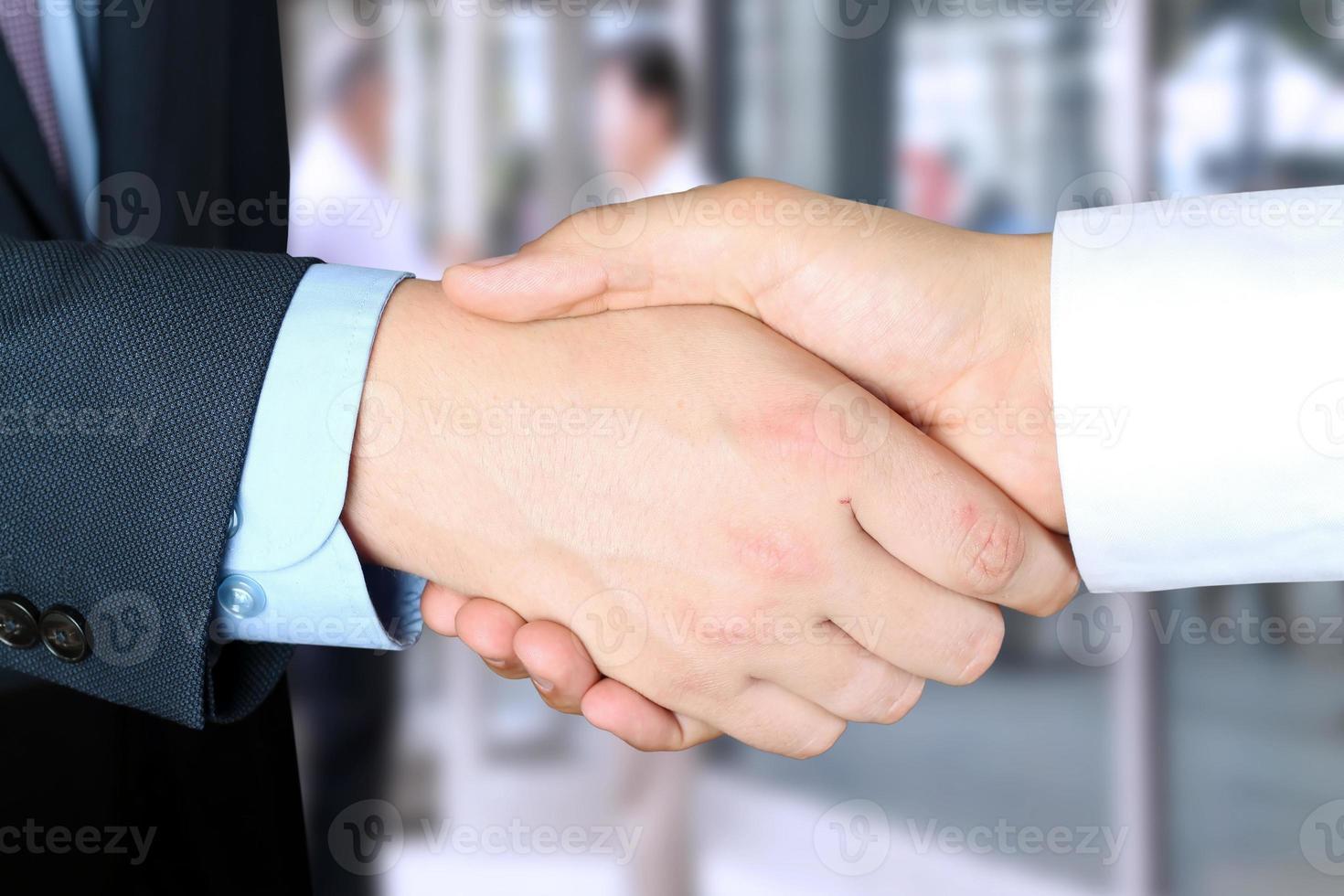 bild av ett fast handskakning mellan två kollegor på kontoret foto