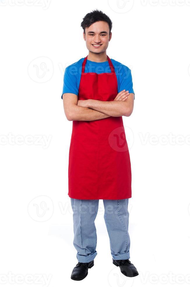 avslappnad full längd porträtt av manlig kock foto