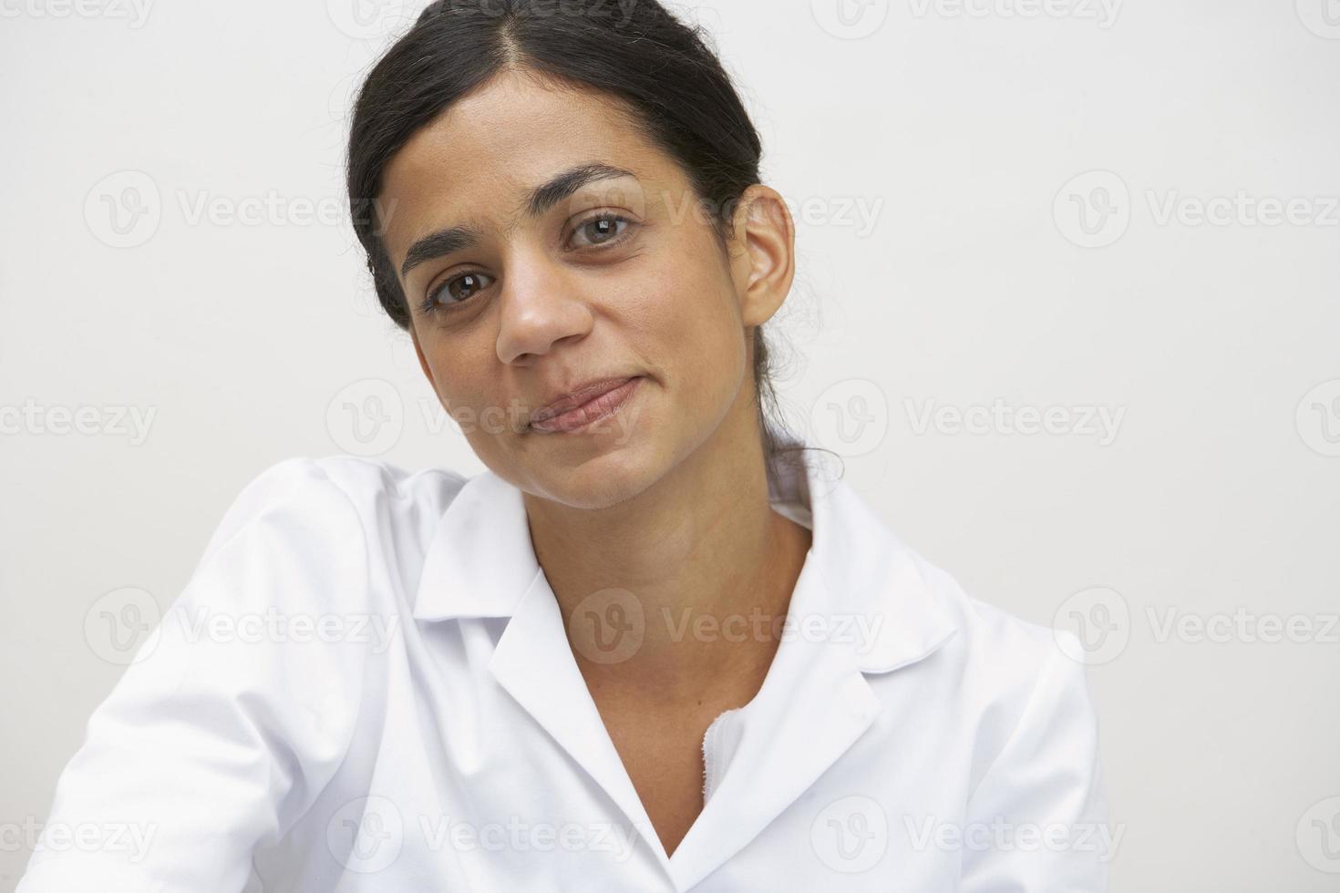 kvinna i en vit lablack foto