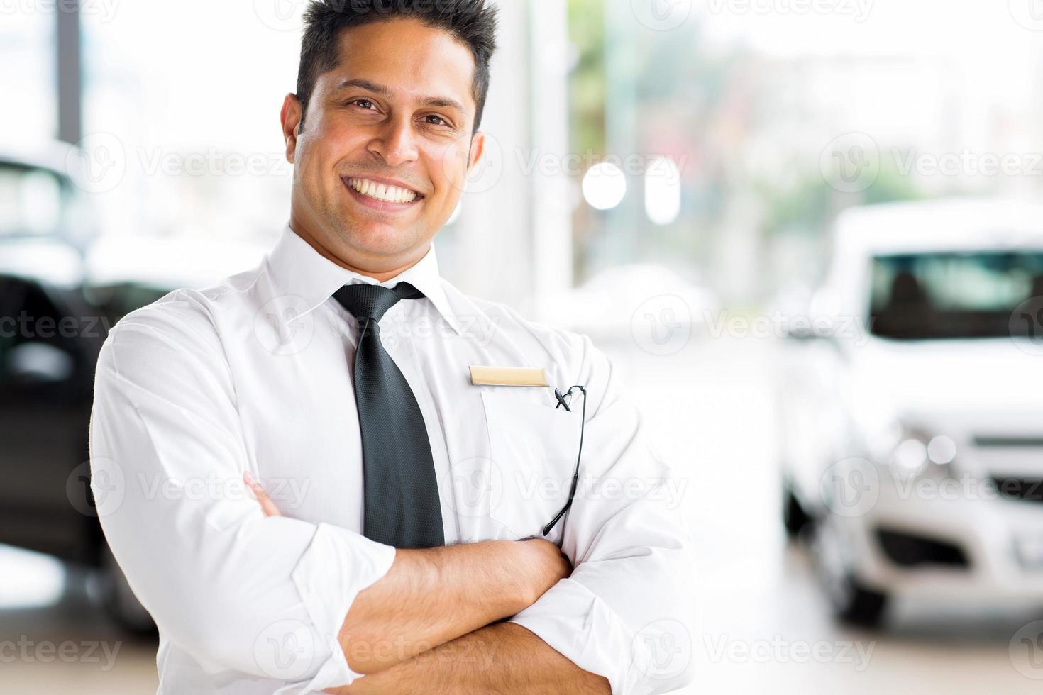 indisk fordonsförsäljare med korsade armar foto