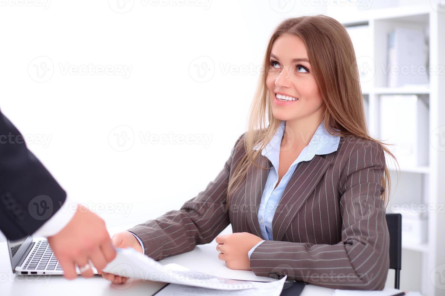 ung affärskvinna tar finansrapport foto