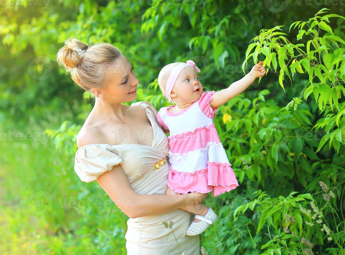 porträtt av glad ung mamma och baby dotter foto