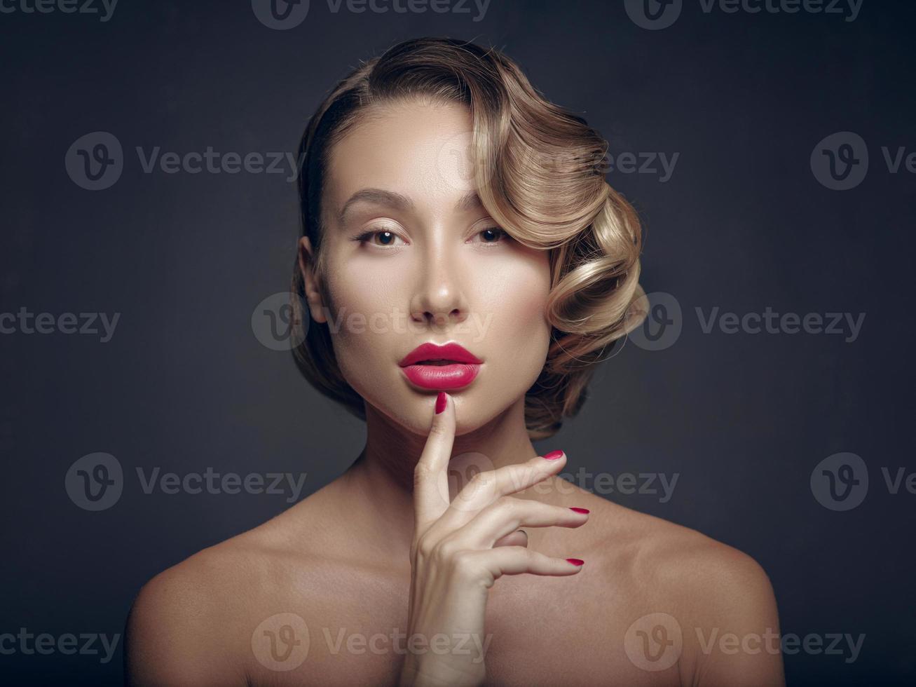 skönhet porträtt glamour vacker ung kvinna röra läppar foto