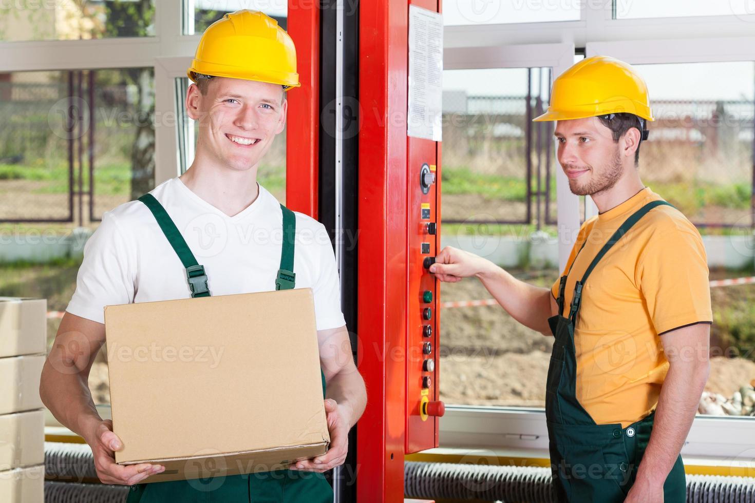 anställda som arbetar i en stor fabrik foto
