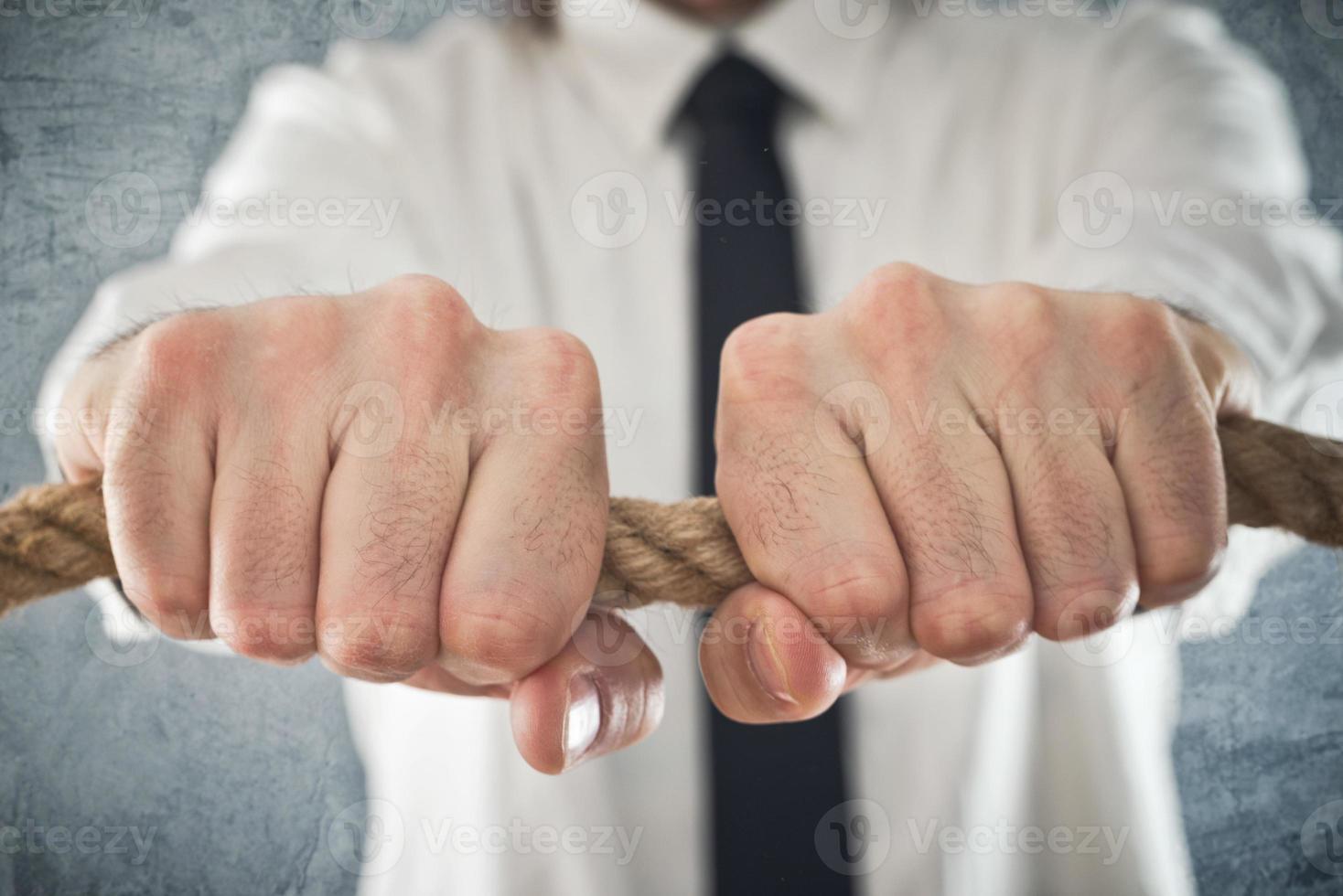 affärsman som håller fast vid ett rep foto