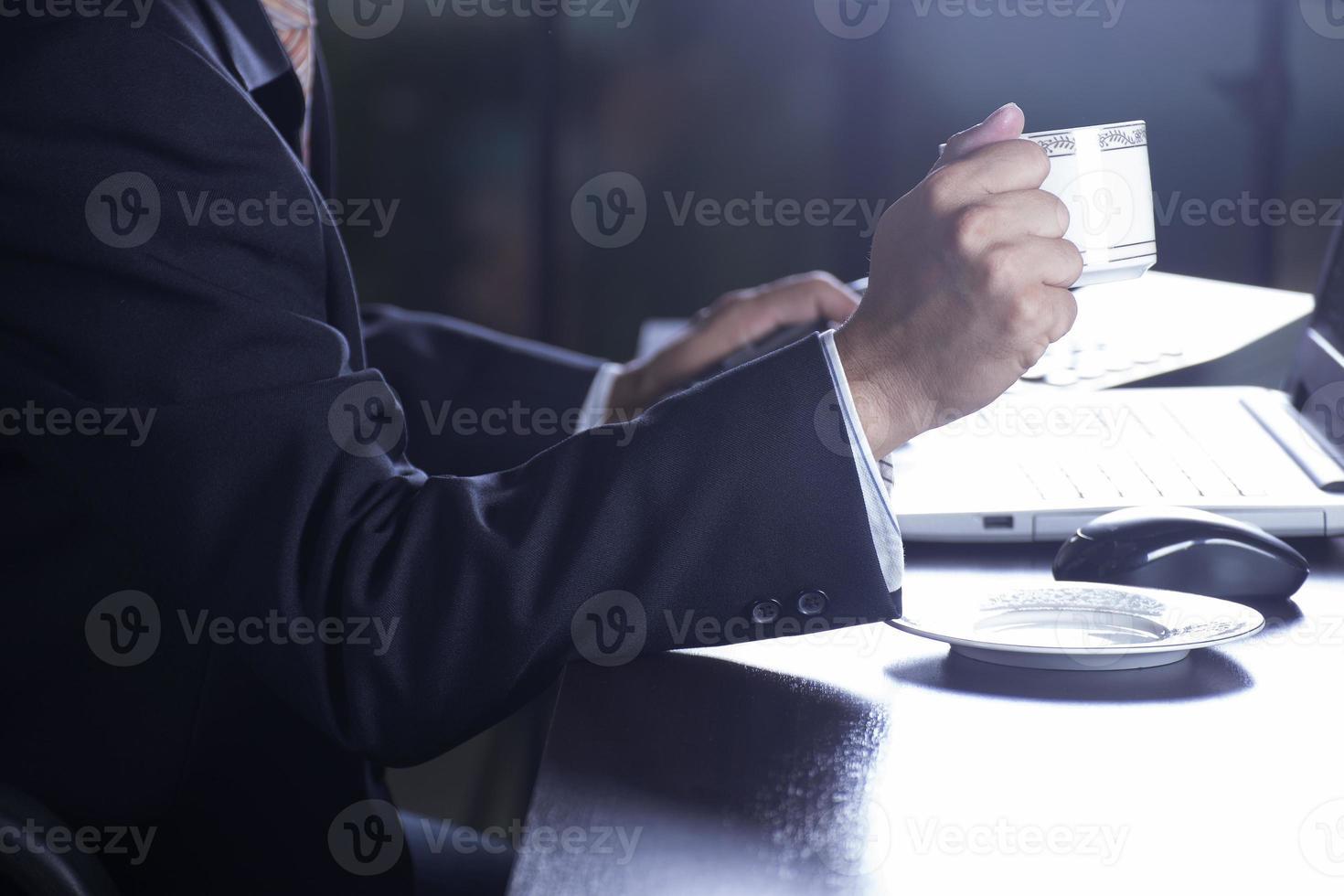 affärsman som håller kopp kaffe foto