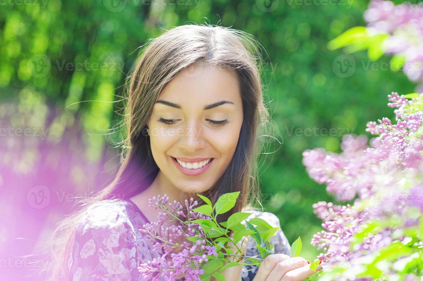vacker ung kvinna i vårträdgård foto