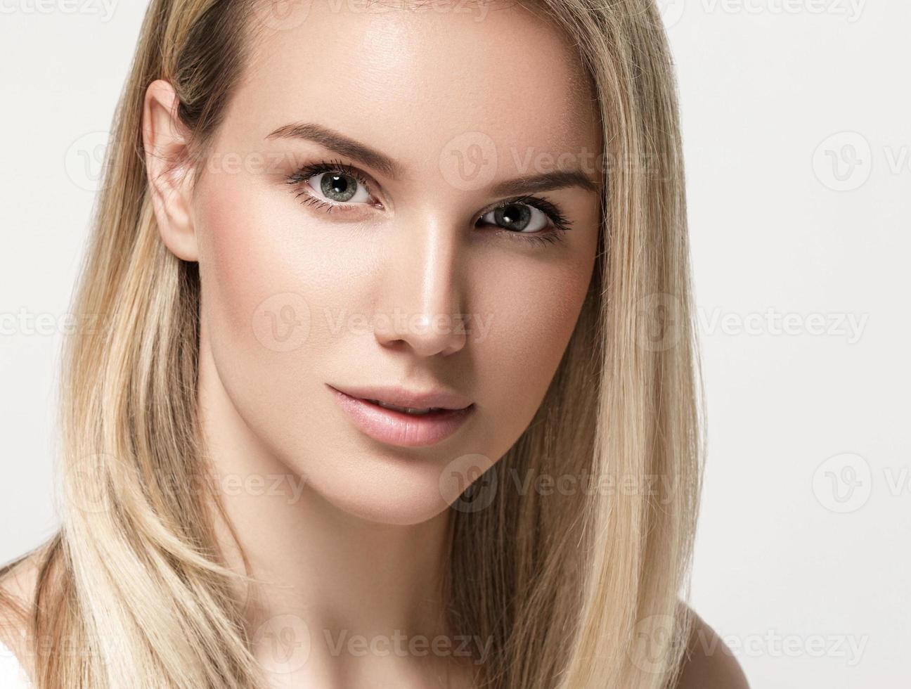 vacker kvinna blond hår porträtt närbild studio på vitt foto
