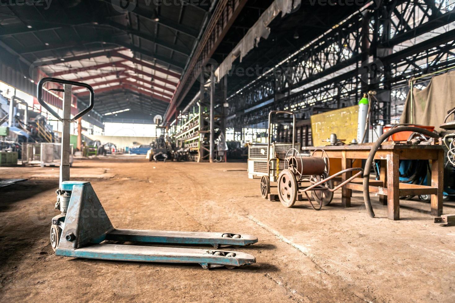 manuell gaffeltruck i industriell interiör foto