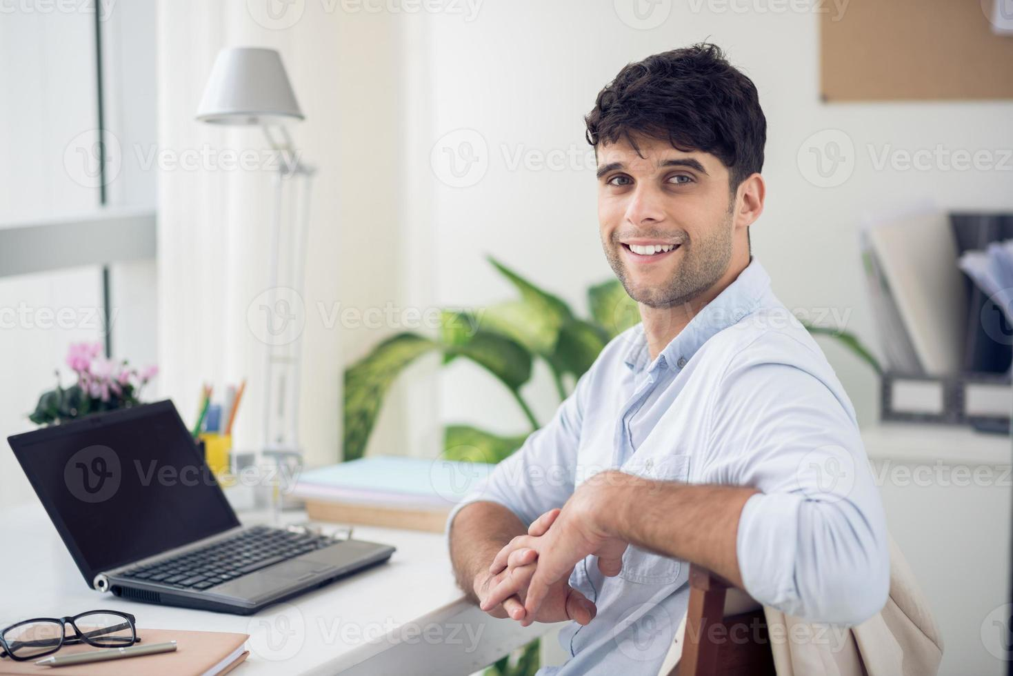 stilig ung affärsman foto
