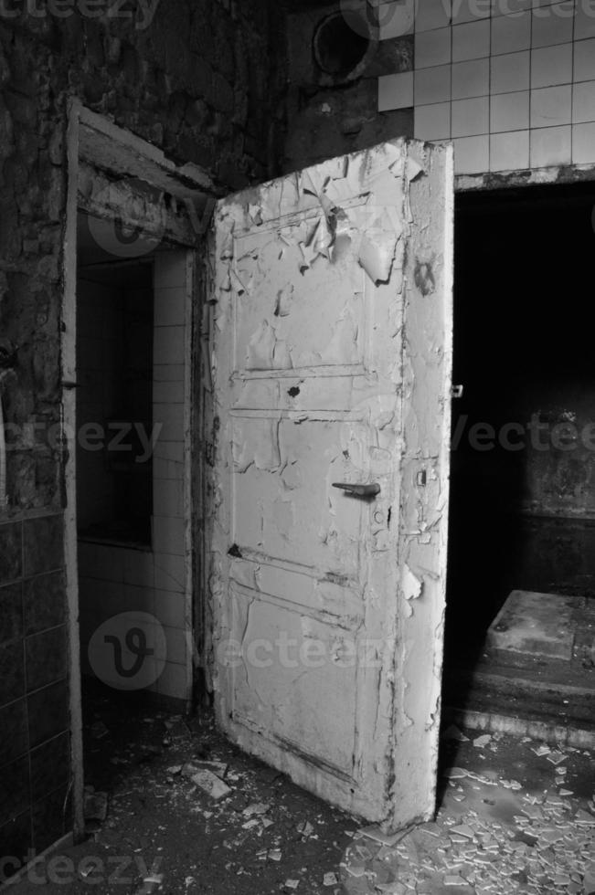 gammal dörr i ett övergivet bryggeri foto