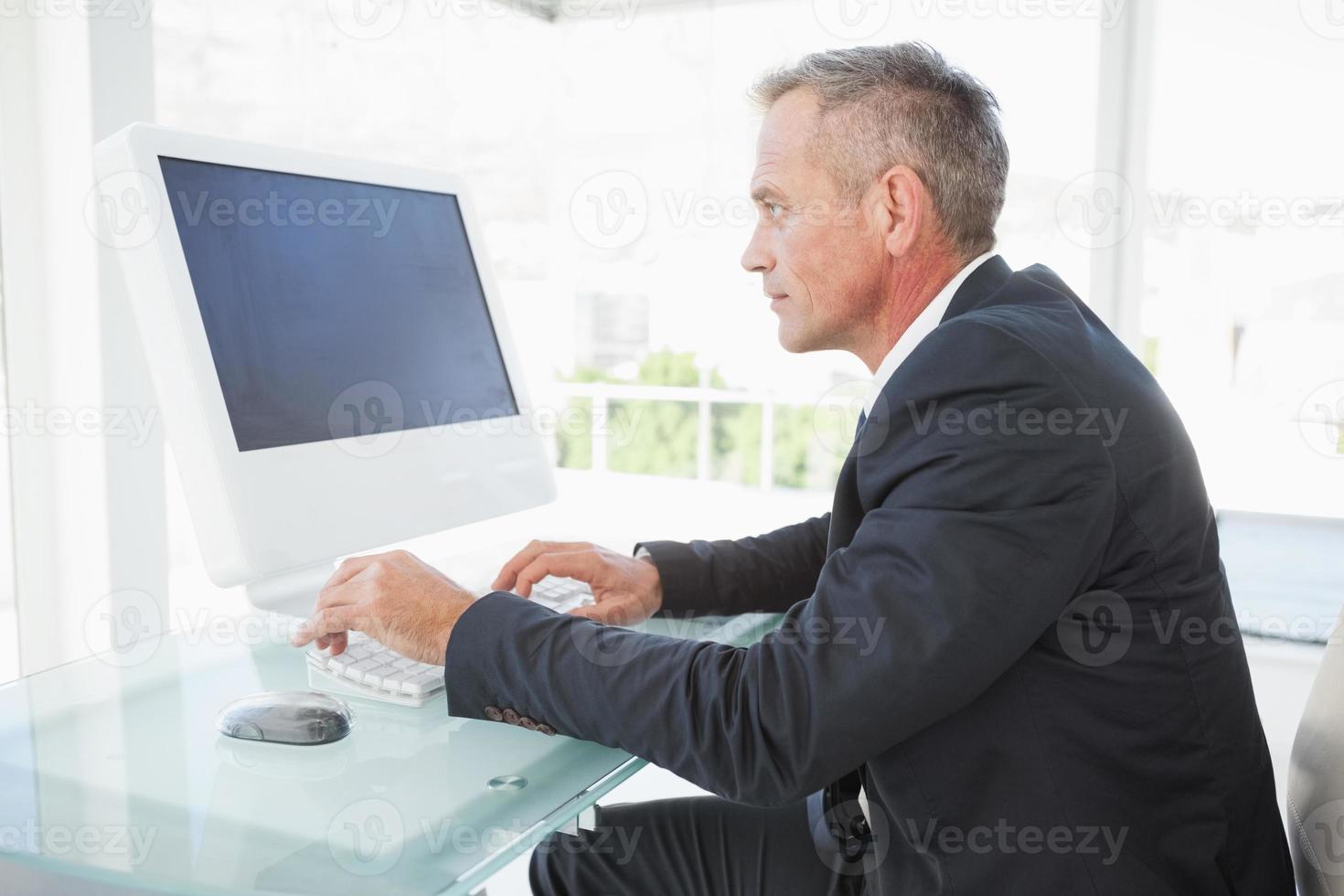 seriös anställd på sin dator foto