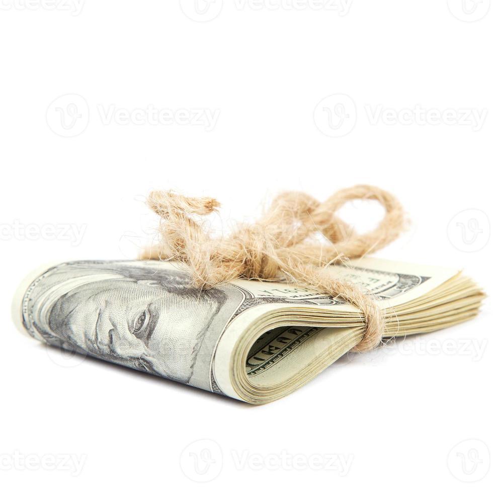 rulle med dollarsedlar på vit bakgrund. foto