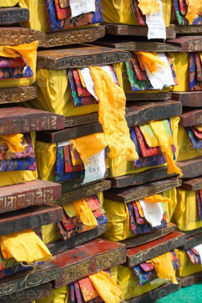 trälådor med dyrbar tibetansk gammal och helig text foto