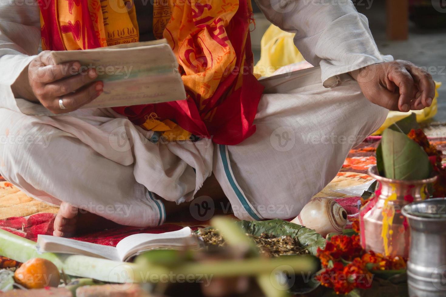 brahman puja under hinduistisk festival i Nepal foto