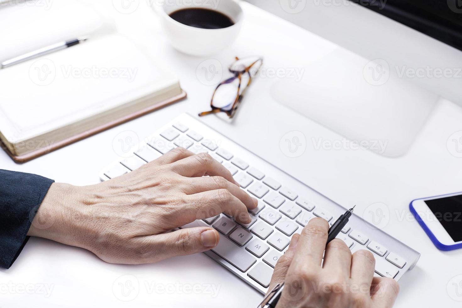kvinna händer på tangentbordet foto