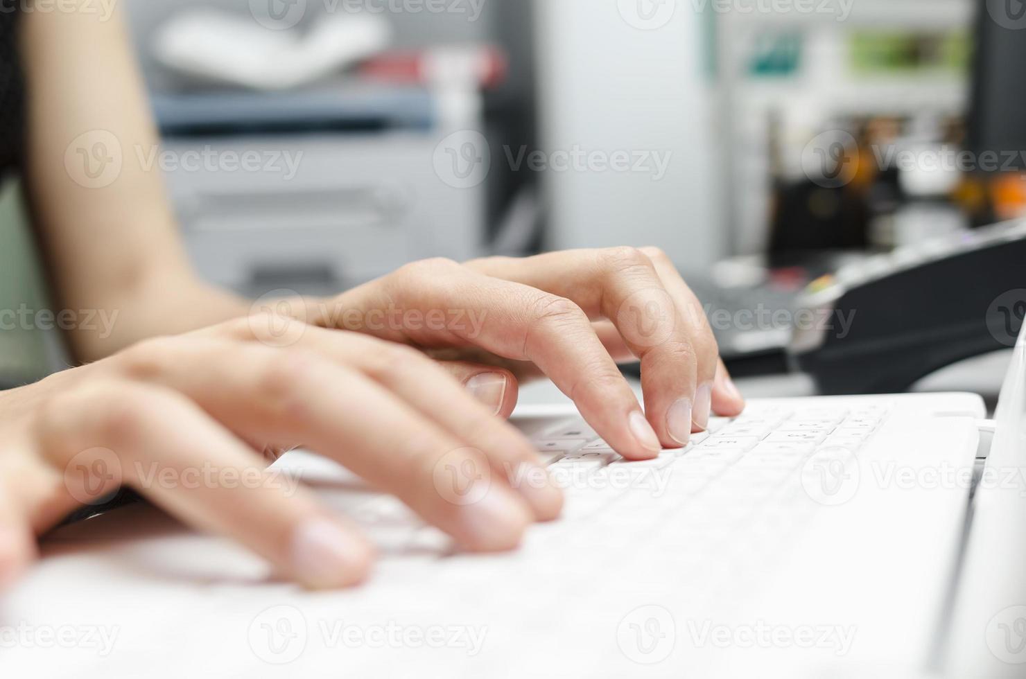 fingrar på den bärbara tangentbordet foto