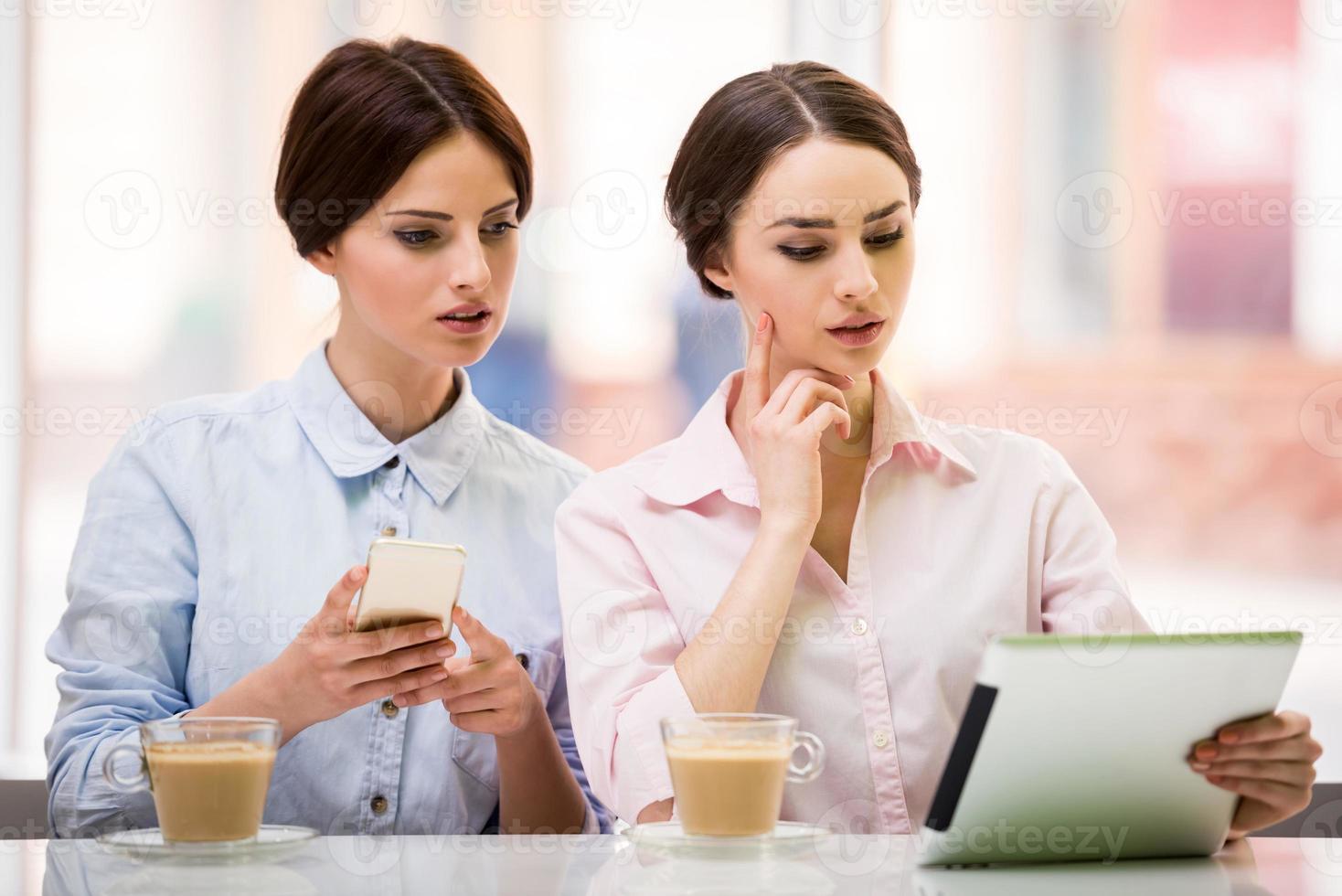 bisinesswomen med tablett foto