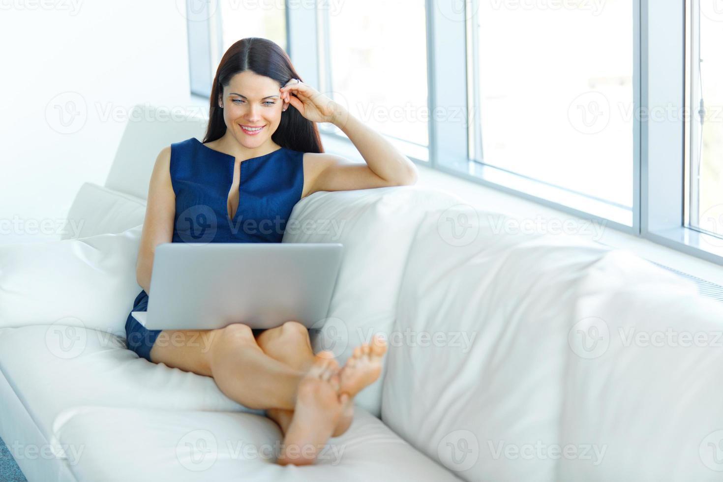 porträtt av affärskvinna som använder bärbar dator på kontoret foto