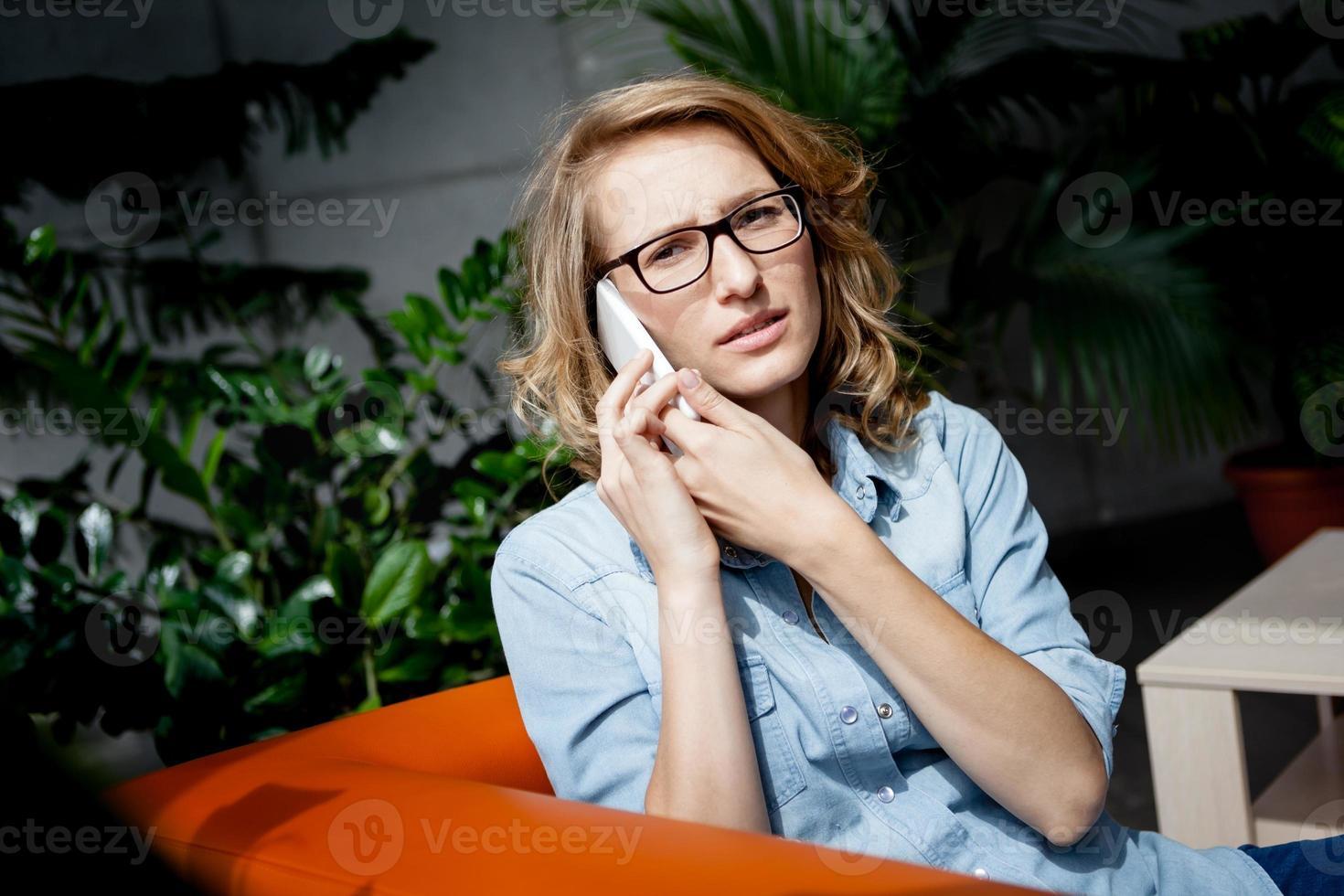 vacker ung affärskvinna med mobiltelefon. foto
