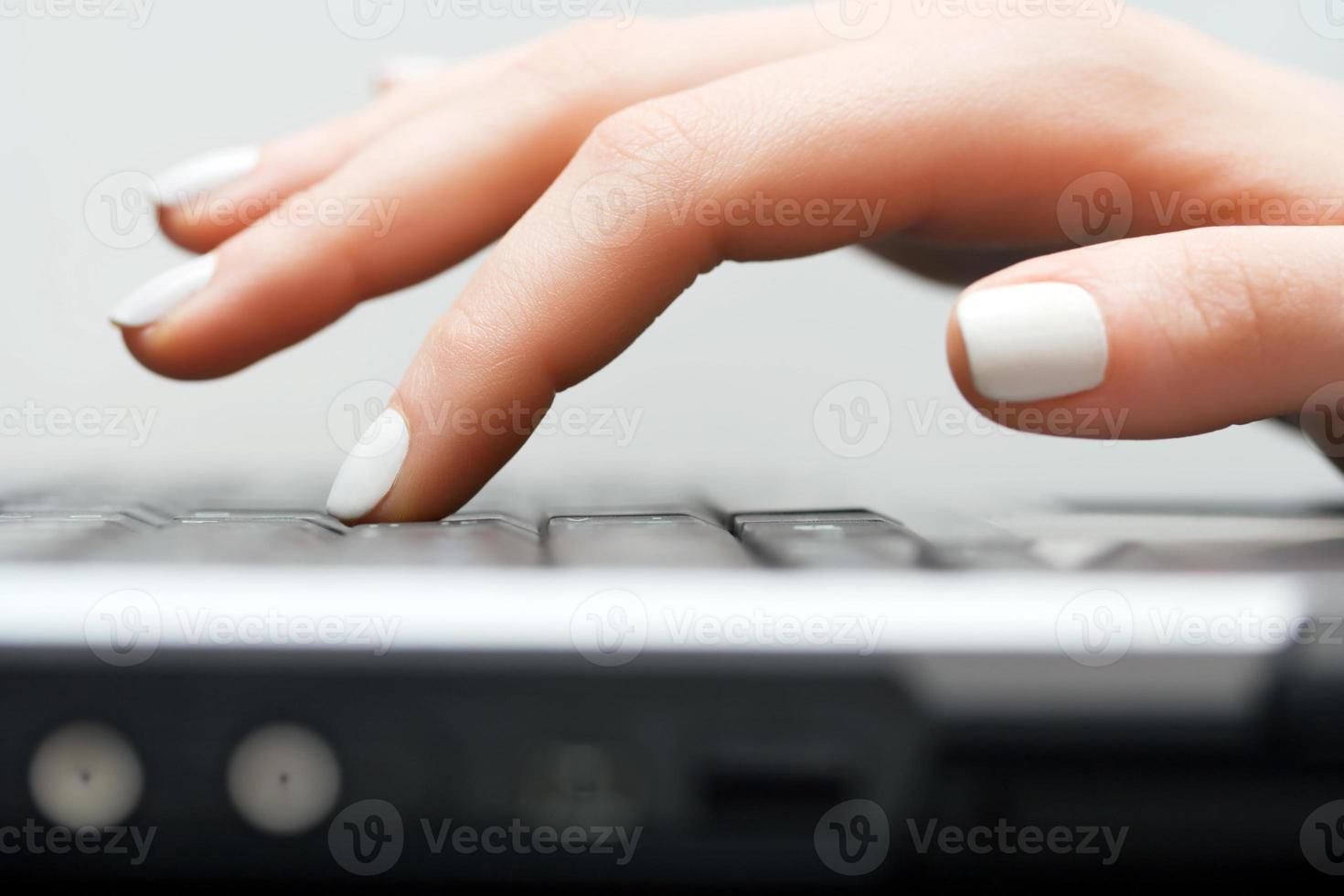 kvinnliga händer att skriva på datortangentbordet foto
