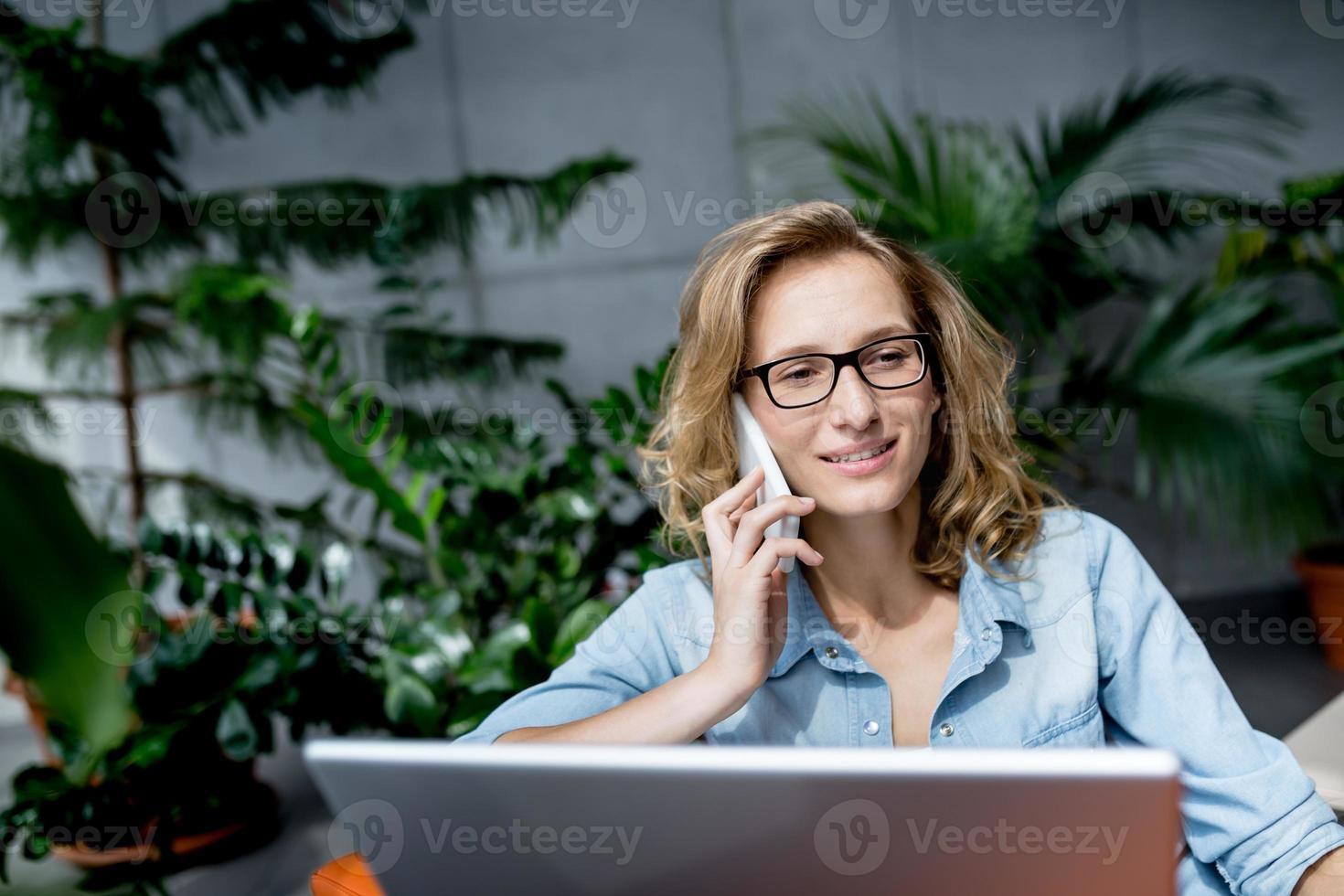 vacker ung affärskvinna som har god tid foto