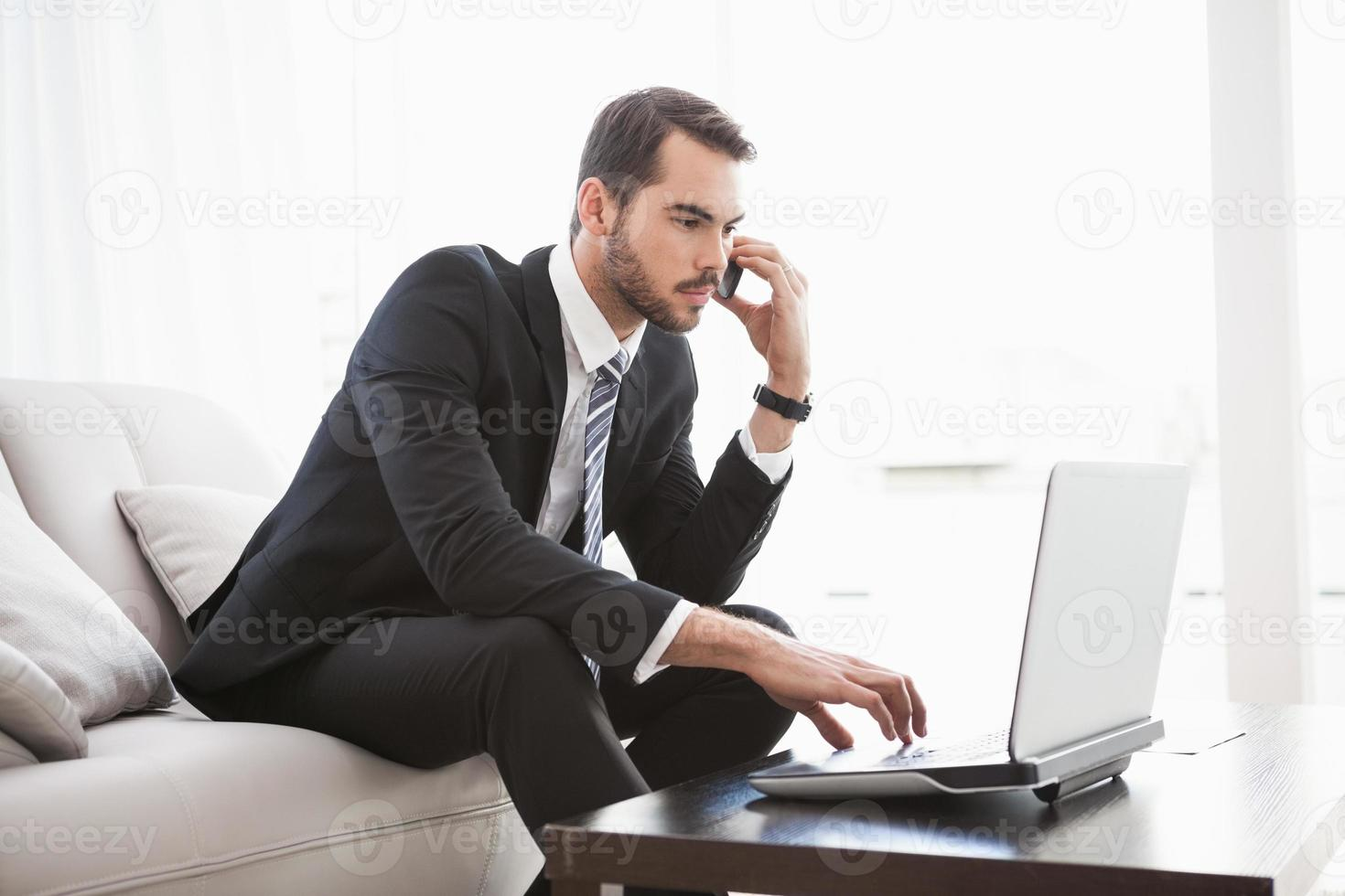 affärsman som arbetar på sin soffa foto