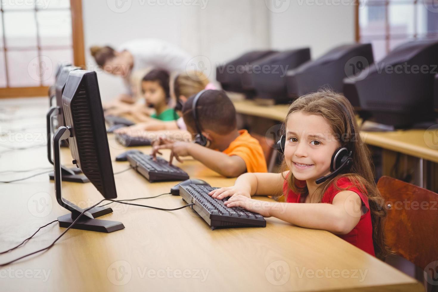 elever som använder datorer i klassrummet foto