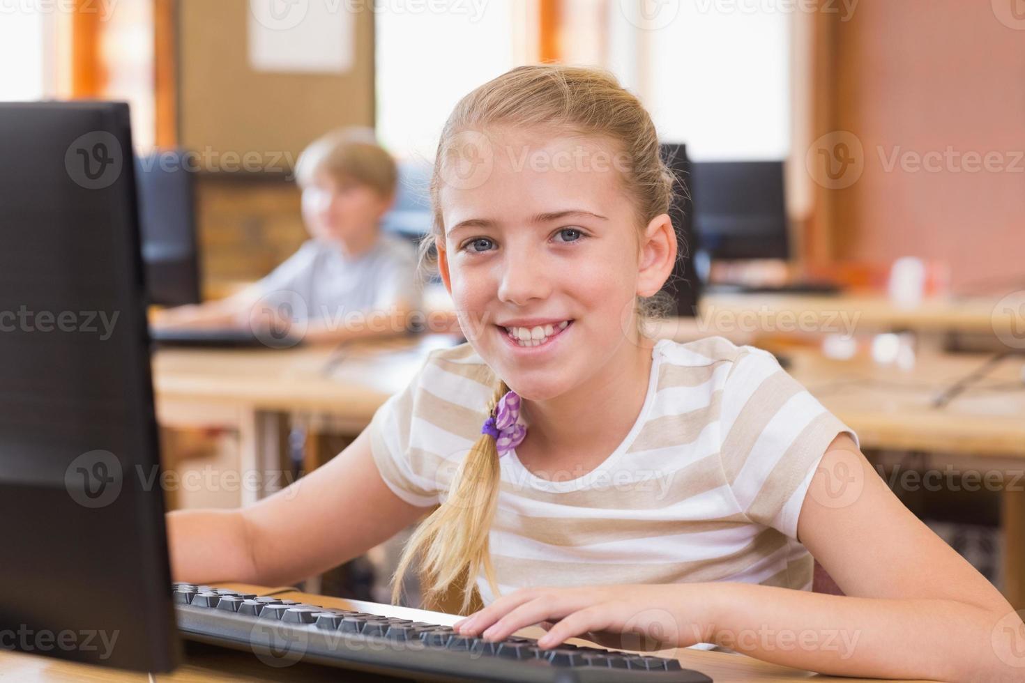 söt elev i datorklass foto