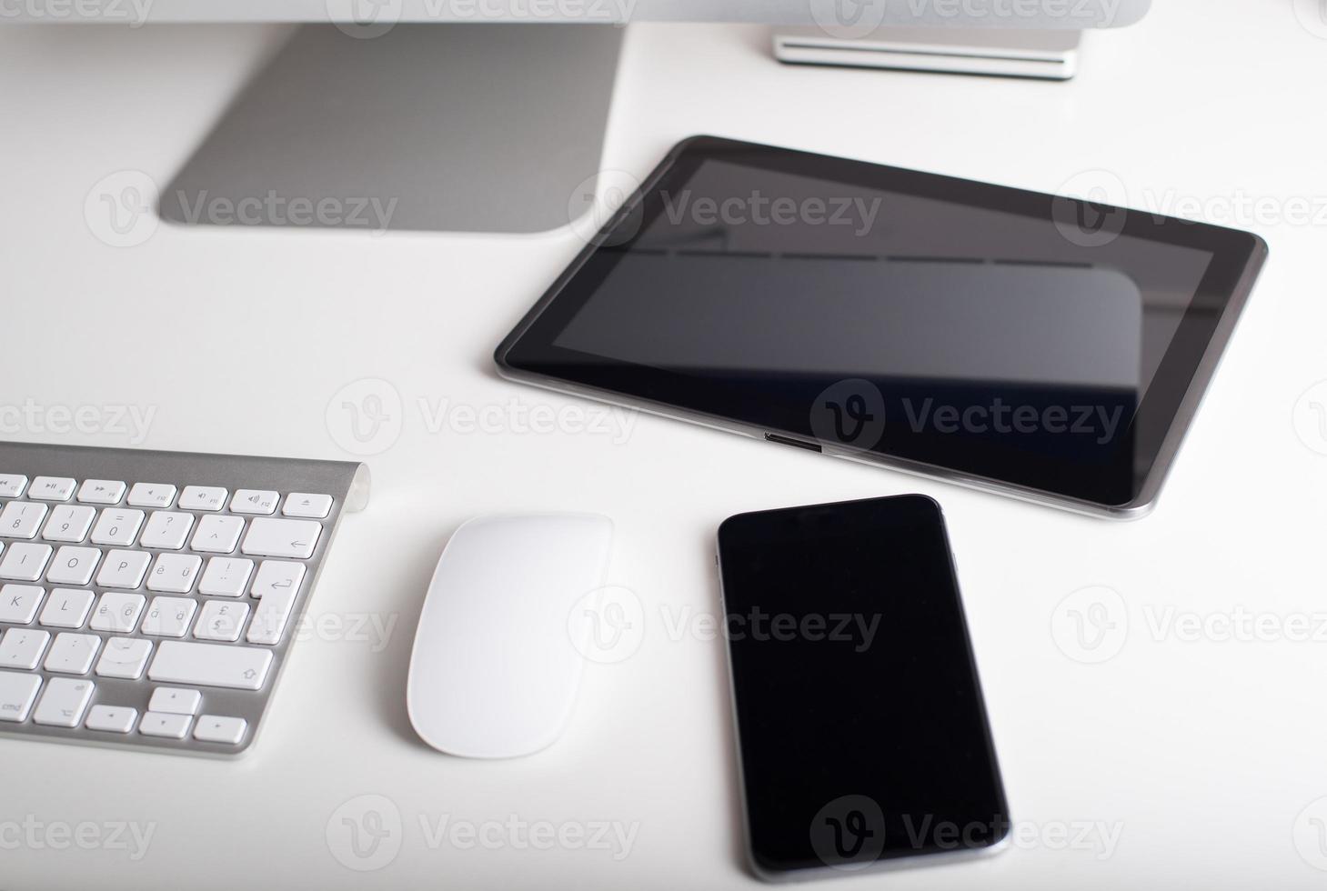 trådlöst tangentbord, mus, surfplatta och smartphone foto
