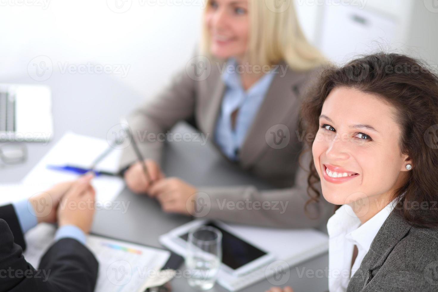 grupp affärsmän på mötet. foto