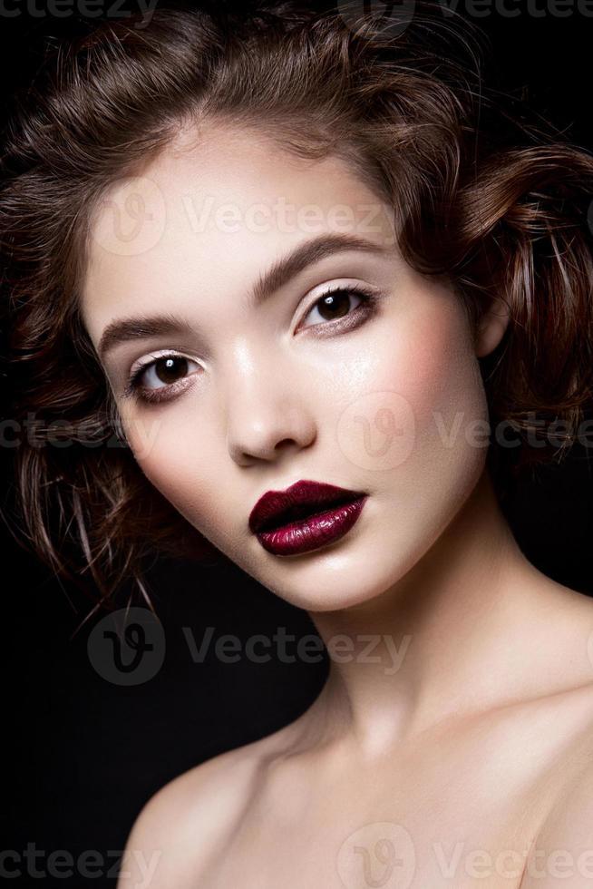 närbild porträtt av vacker kvinna med ljusa smink foto