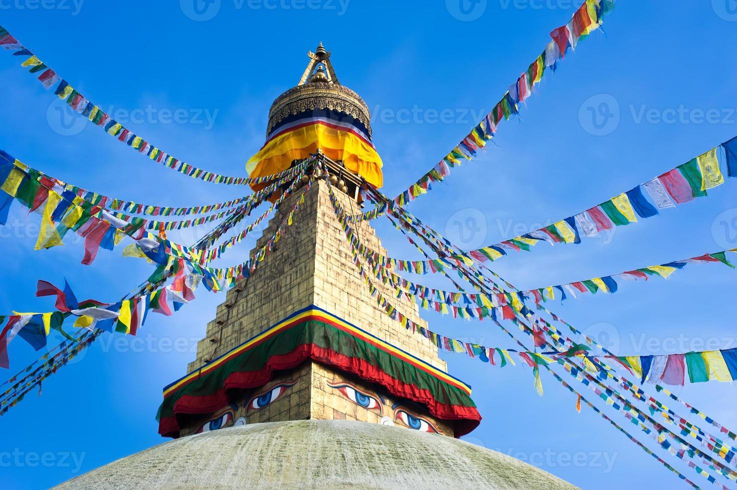 buddhistiska helgedom boudhanath stupa med ber flaggor över blå himmel foto