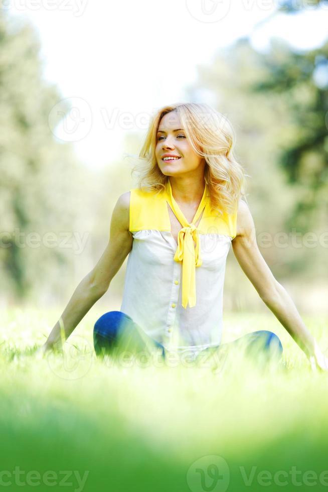 kvinna sitter på gräset foto