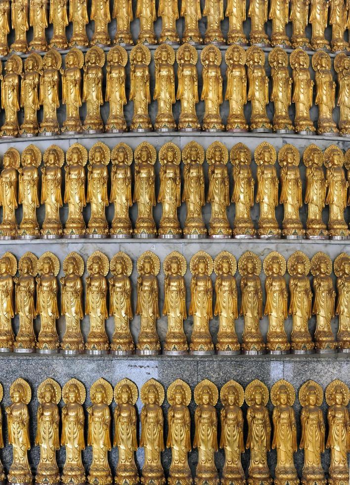 mycket gyllene staty av guan yin foto