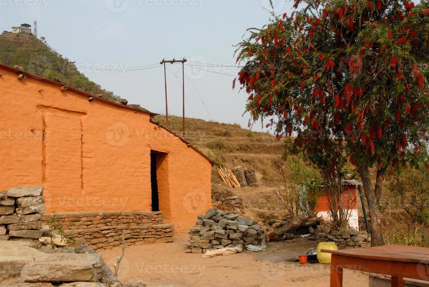 traditionellt hus på sarangkot vandringsväg i Nepal. foto