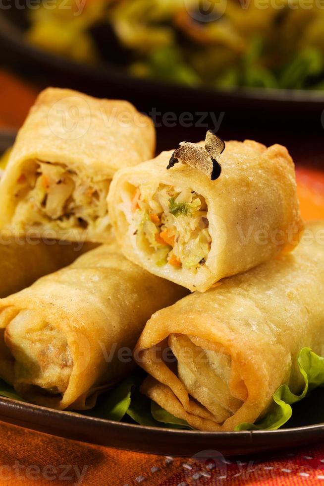 bakade vårrullar med djup, grönsaker och ris. foto