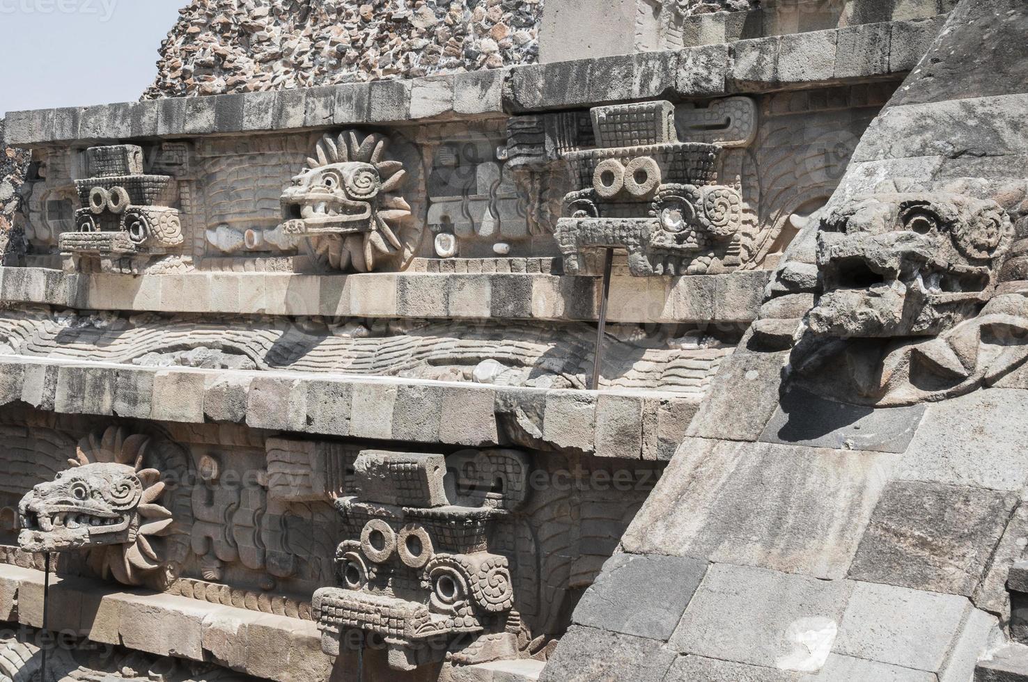statyer av templet för quetzalcoatl, teotihuacan (mexico) foto