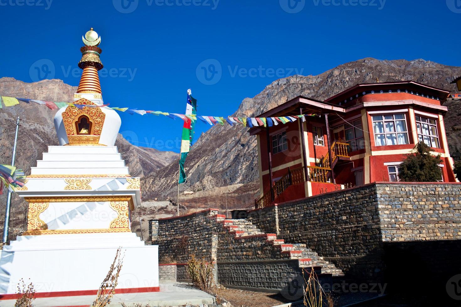 buddhistisk gompa och kloster i muktinath, nepal foto
