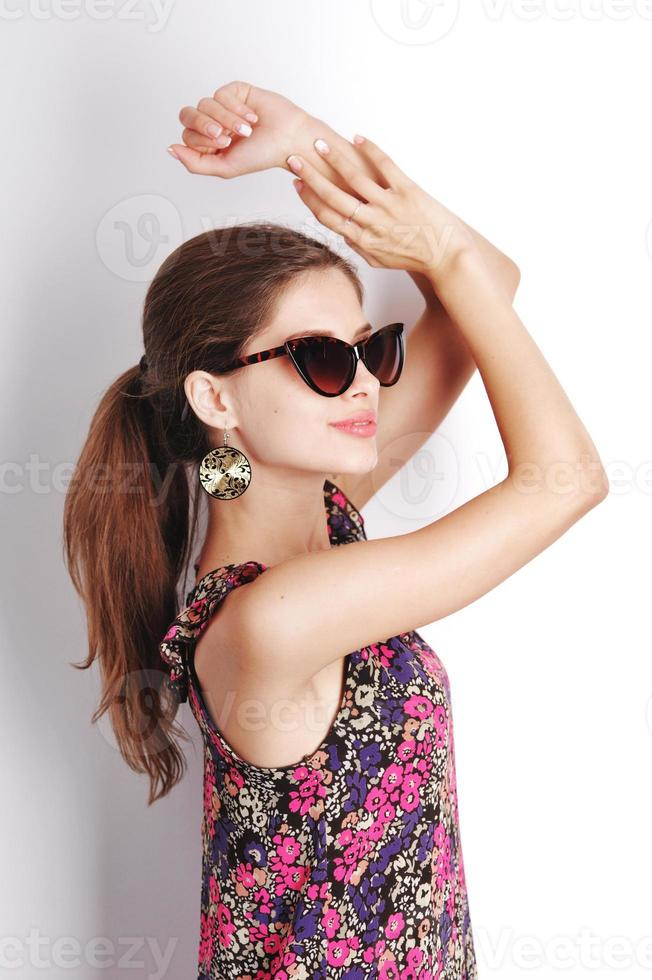 trendig ung kaukasisk kvinna. foto