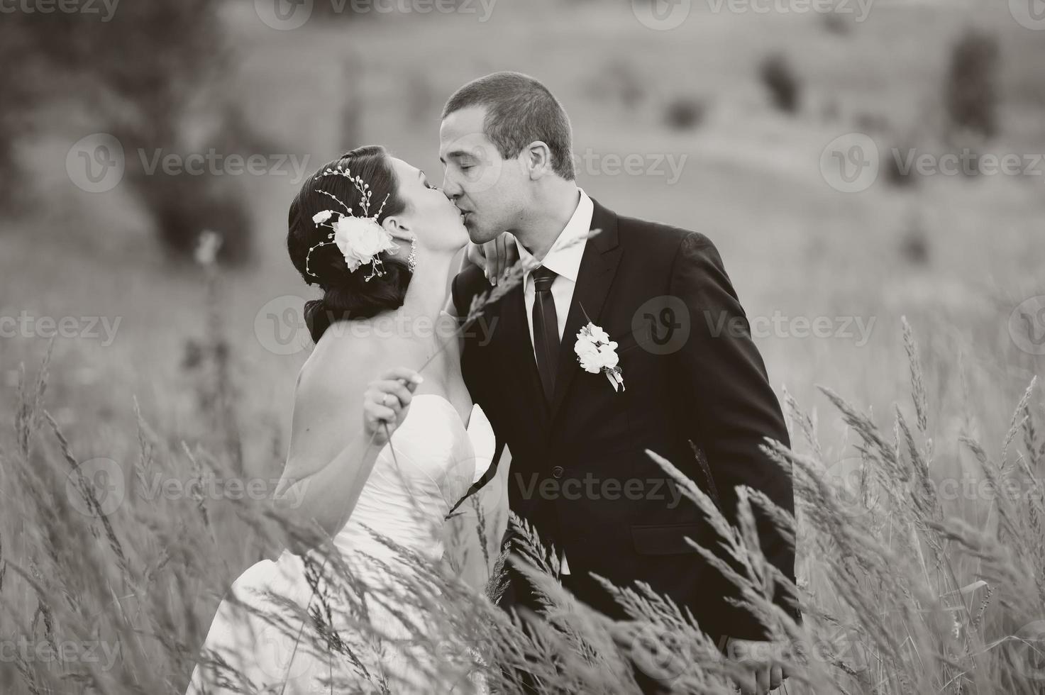 kaukasiska nygifta unga par. foto