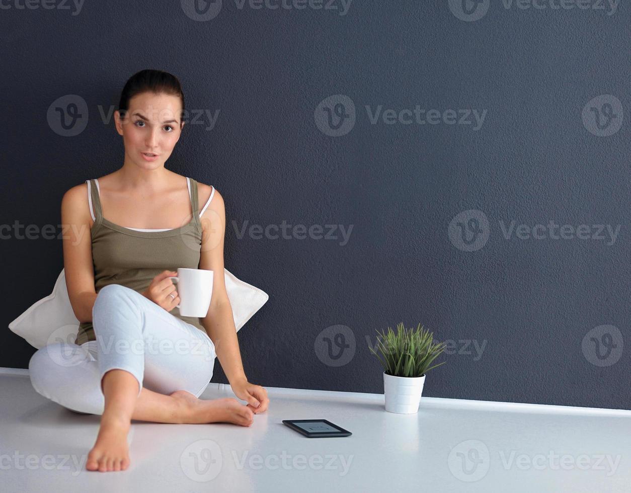 attraktiv kaukasisk flicka sitter på golvet foto