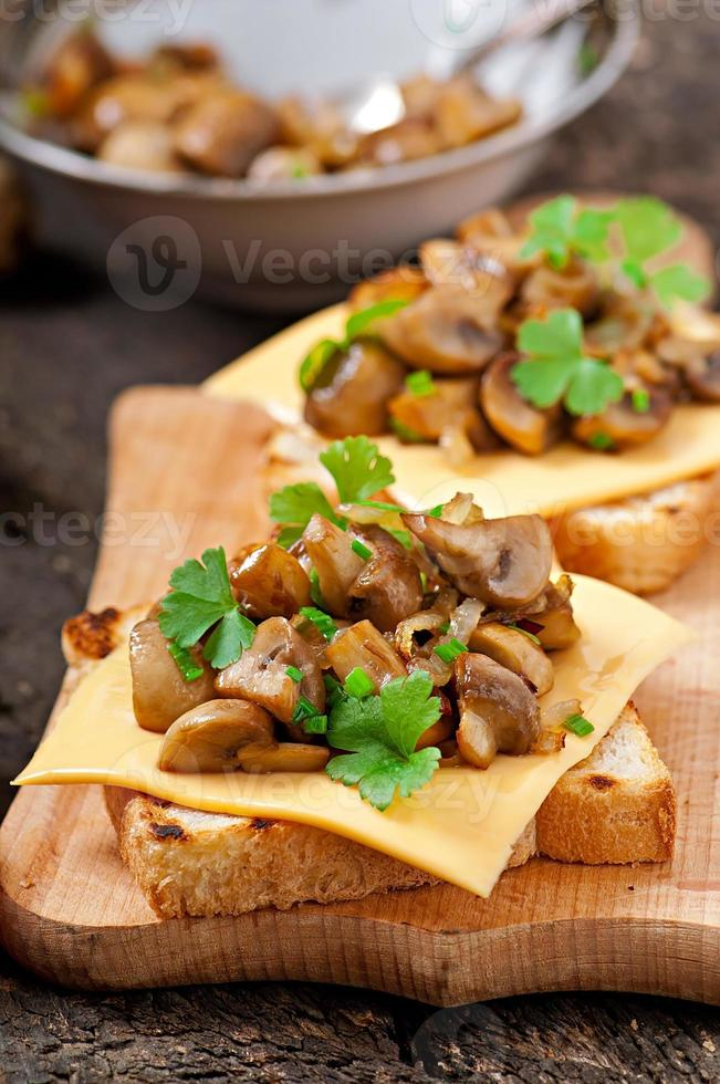rostat brödsmörgås med svamp, ost och persilja, selektiv fokus foto