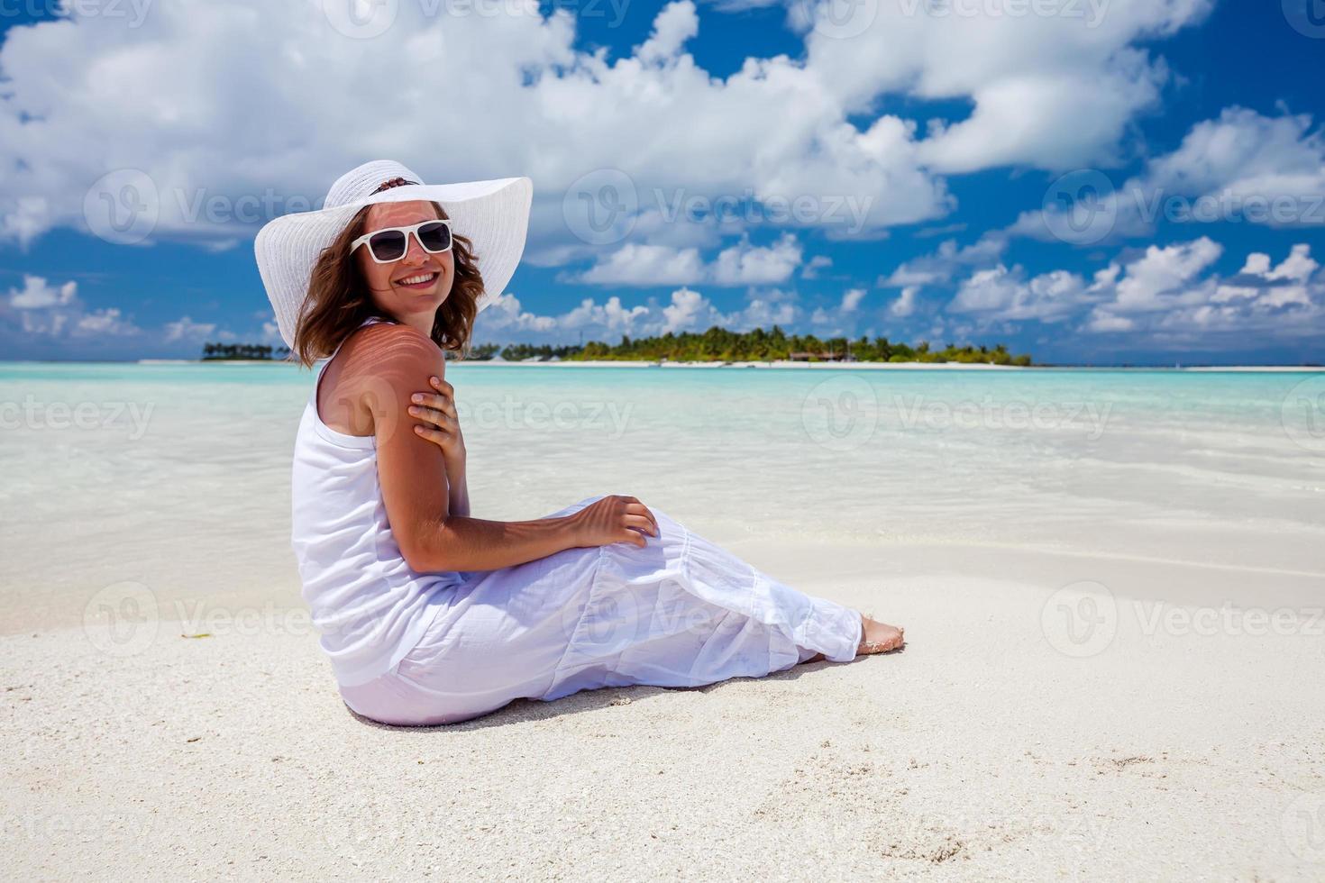 kaukasisk kvinna vilar vid vacker strand foto