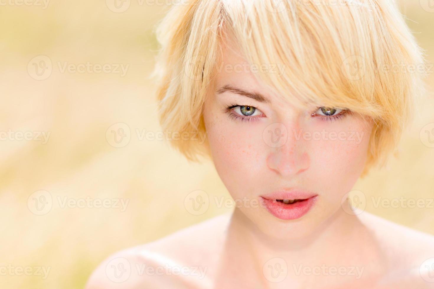 porträtt av vacker ung kaukasisk kvinna utomhus. foto