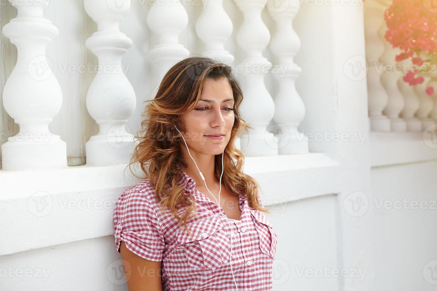 kaukasisk kvinna kopplar av medan du lyssnar på musik foto