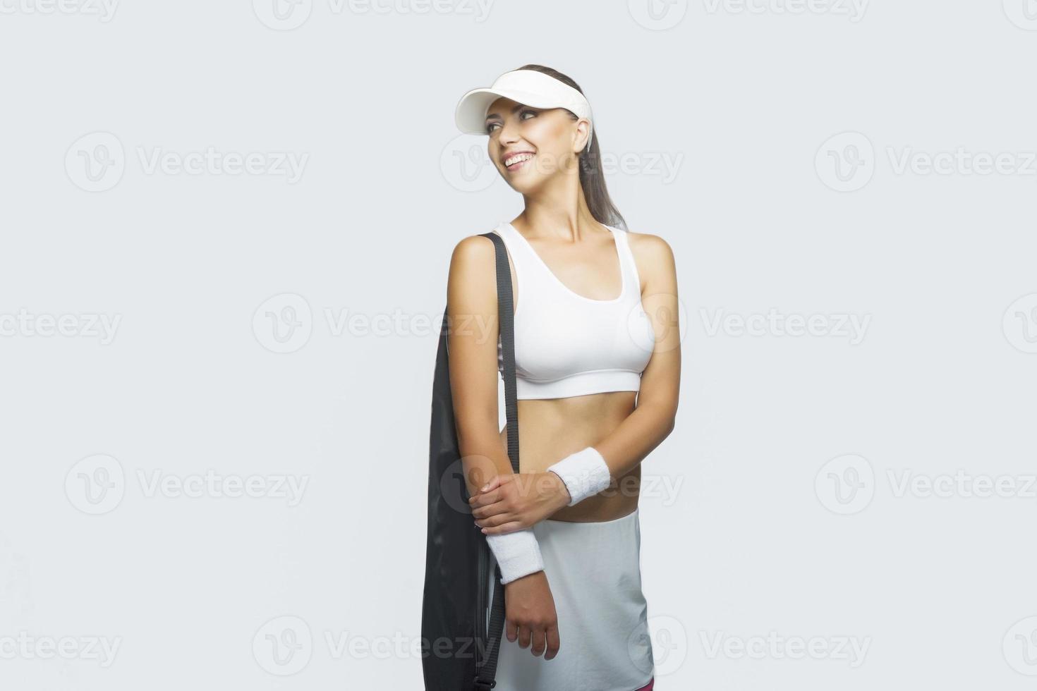 kaukasiska idrottskvinna med tennisväska på axeln foto