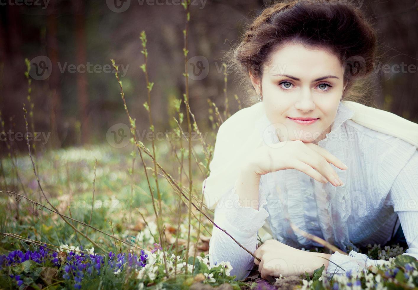 romantisk kaukasisk kvinna i vintage outfit. retrostil foto