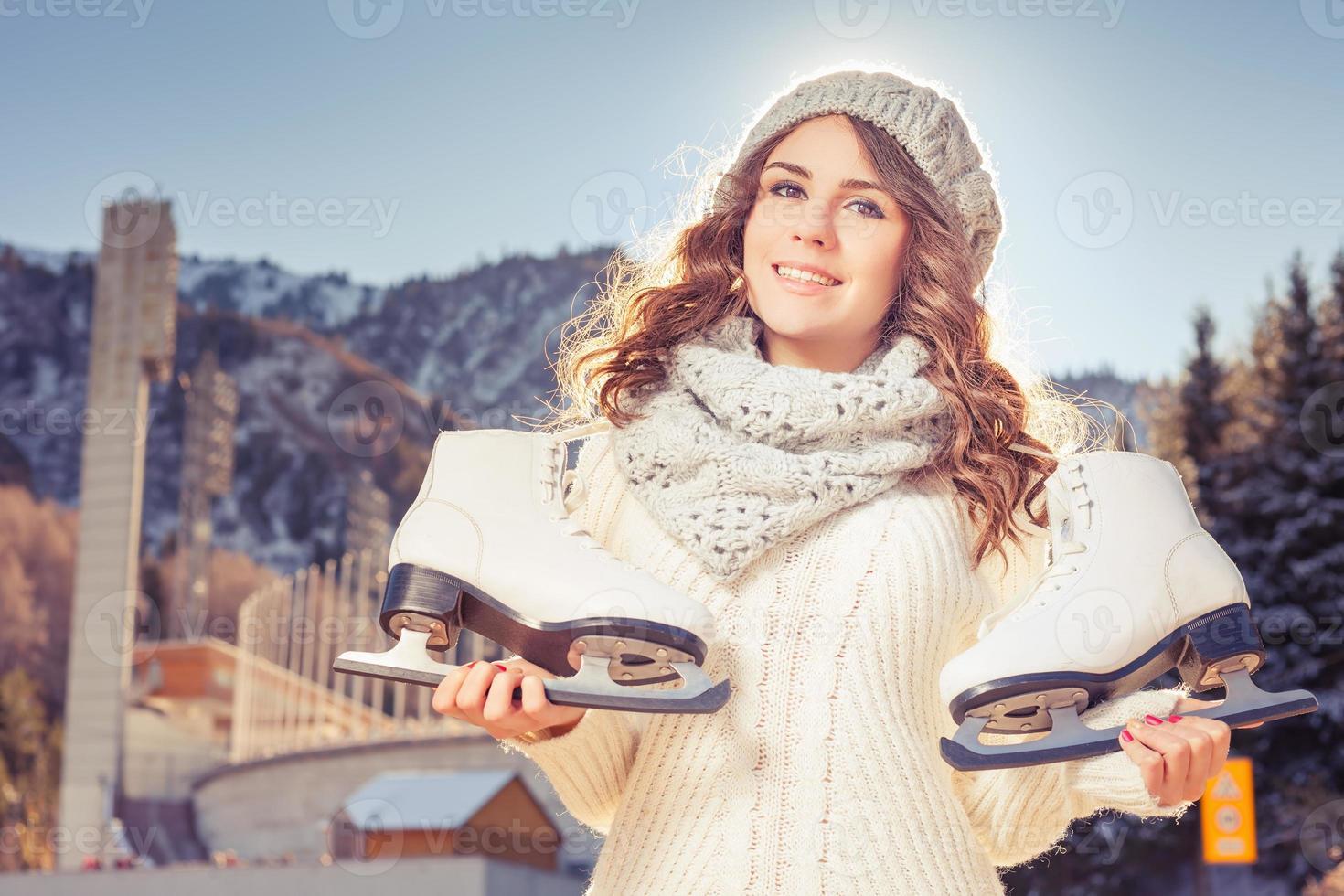 glad kaukasisk tonåring som åker skridskoåkning utomhus foto