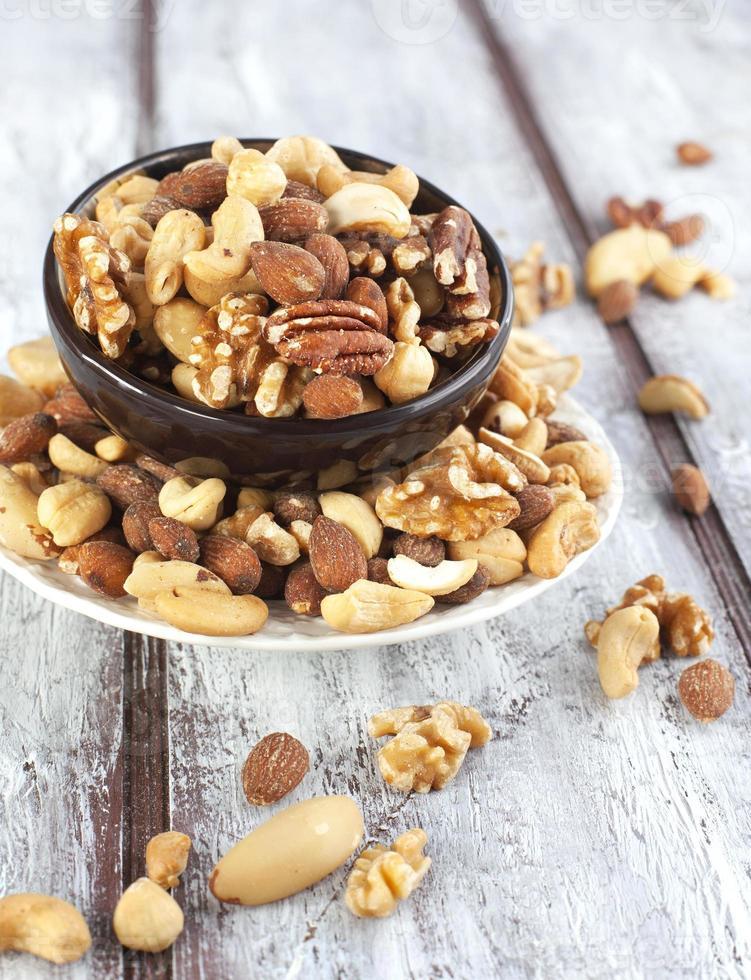 blandade nötter i skålen foto